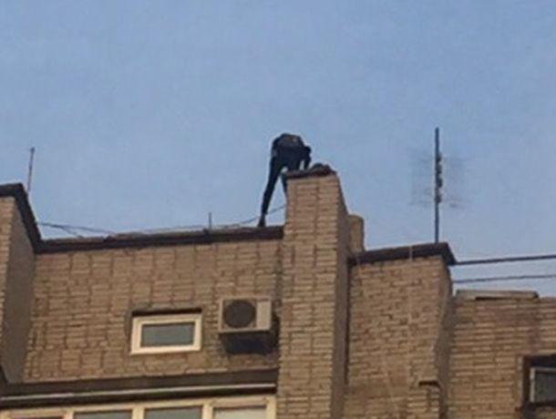 Подростки-руферы устроили смертельно опасные игры на карнизе крыши 10-этажки в Ростове