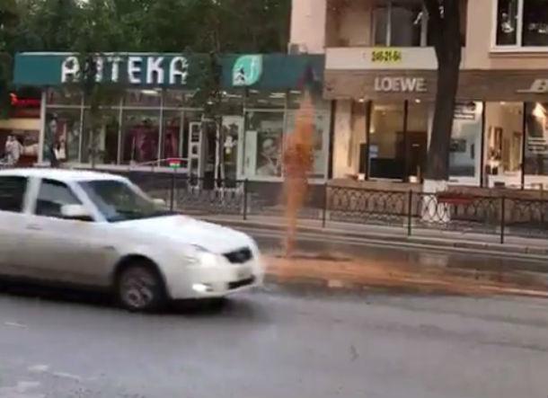 Десятиметровый коммунальный фонтан забил в центре Ростова-на-Дону и попал на видео