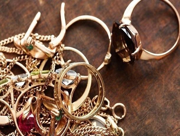 Ростовчанку подозревают вкраже золотых украшений практически на150 тыс. руб.