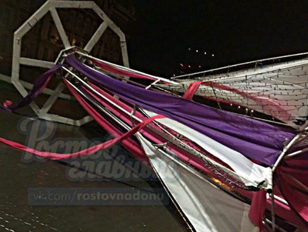 Ростовский ураган вырвал с корнем новогодние украшения на Театральной площади