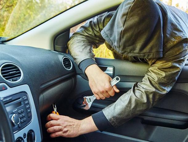 Незапертая дверь автомобиля спровоцировала грабителя на кражу