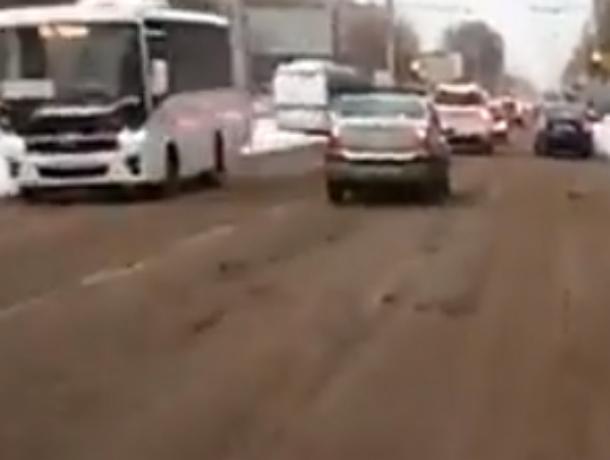 Страдания автомобилистов на заваленных снегом дорогах Ростова попали на видео