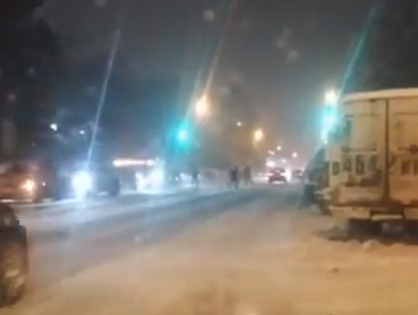Ледяное спокойствие бегающих по скользкой дороге «бессмертных» пешеходов возмутило ростовчан на видео