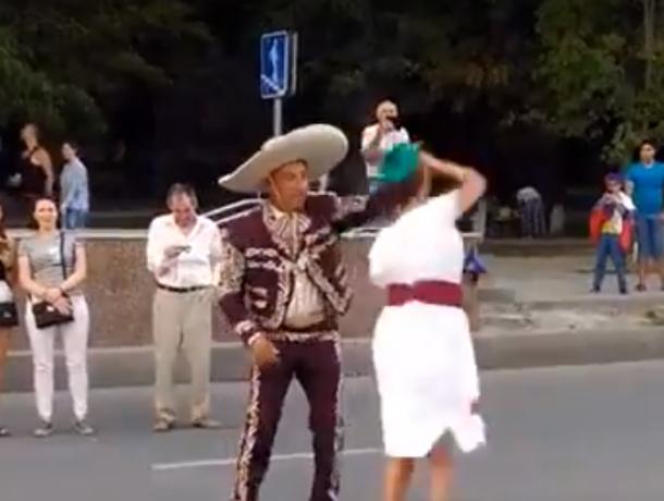 Закруживший девушку в танце под баян страстный мексиканец попал на видео в Ростове