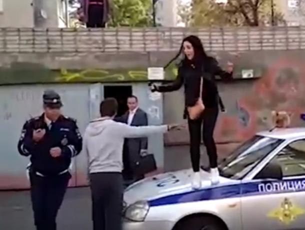Девушки били сотрудников ДПС и прыгали по патрульному автомобилю во время массовой потасовки в Ростове