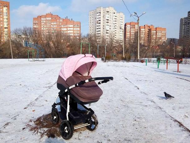 Оригинальным способом получить витамин D в детской коляске поделилась на фото жительница Ростова
