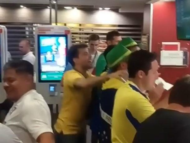 Горячие бразильские фанаты спели песню для девушки, одетой в желто-зеленую форму в Ростове