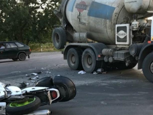 Жуткое ДТП с разбившемся насмерть о бетономешалку мотоциклистом под Ростовом попало на видео