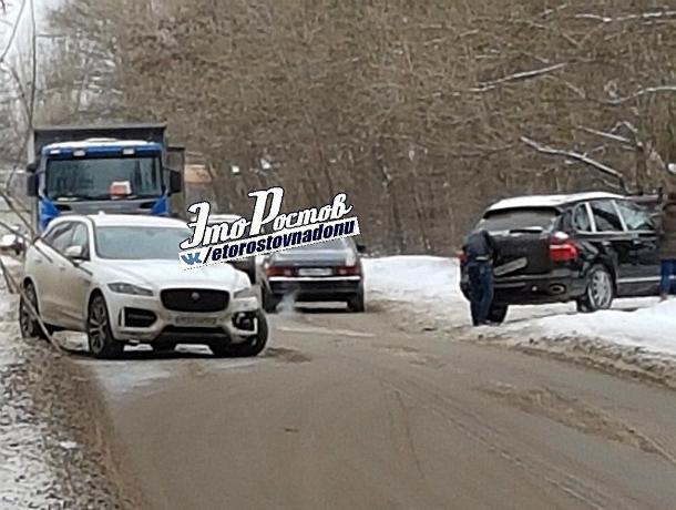 «Богатые тоже плачут»: две люксовые иномарки столкнулись на скользкой дороге в Ростове