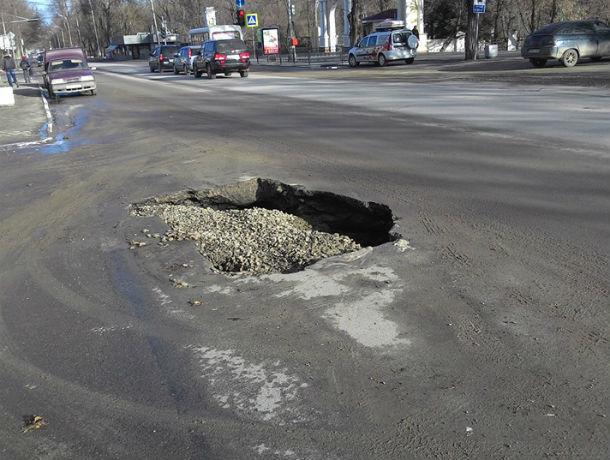 Опять провал: в центре Таганрога под землю ушел автомобиль