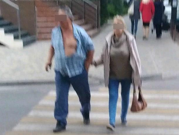 «Легкую эротику» под руку с супругой показал горячий «скандинавский воин» на улице Ростова
