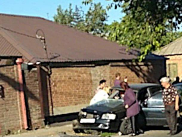 Окровавленная женщина в разбитой после встречи с «крузаком» легковушке шокировала ростовчан