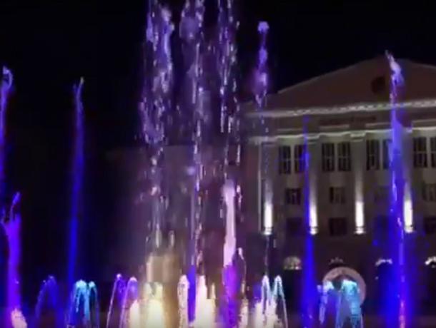 Переливающийся всеми цветами радуги мультимедийный фонтан восхитил ростовчан на видео