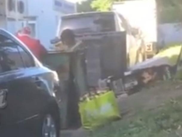 Окунувшихся в помойку за едой мать с двумя детьми жители Ростова с ужасом и содроганием сняли на видео