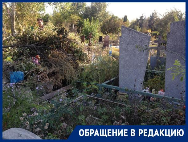 На кладбище Ростова могилу ветерана войны завалили мусором