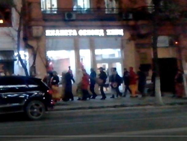 «Гусеница» из кришнаитов проползла по улицам Ростова на видео