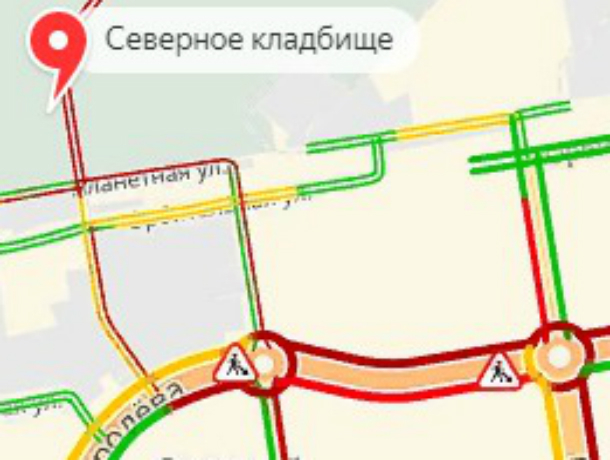 Спешащие на поминки автомобилисты застряли в огромной пробке у Северного кладбища Ростова