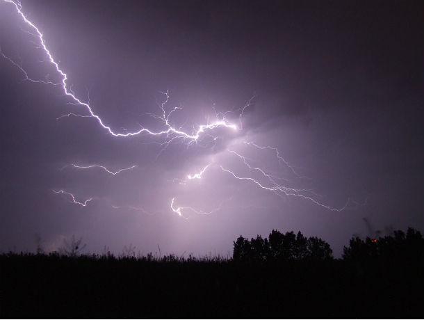 На Ростов надвигаются ливни, грозы и шквалистый ветер