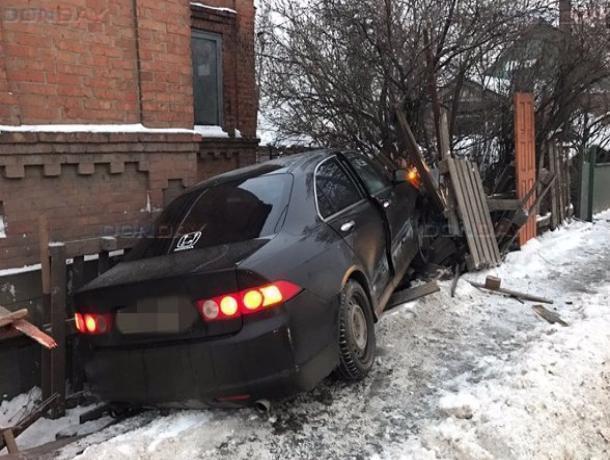 Курьёзное ДТП вРостове: буйствовал БМВ, азабор снесла «Хонда»