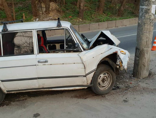 13-летняя девочка получила травмы после скоростного удара ВАЗа о столб в Ростове