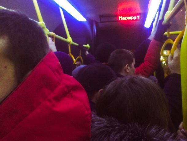Давка в автобусах Северного сводит людей с ума: пенсионерка устроила проповедь на маршруте 47