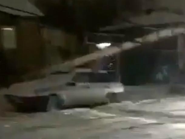 Потерявший управление КамАЗ обрушил опору ЛЭП на припаркованную легковушку в центре Ростова