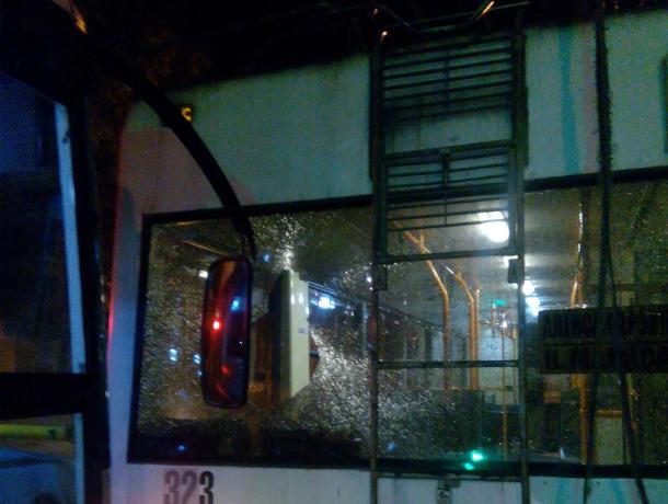 Сонная маршрутка раскурочила троллейбус на темной дороге Ростова