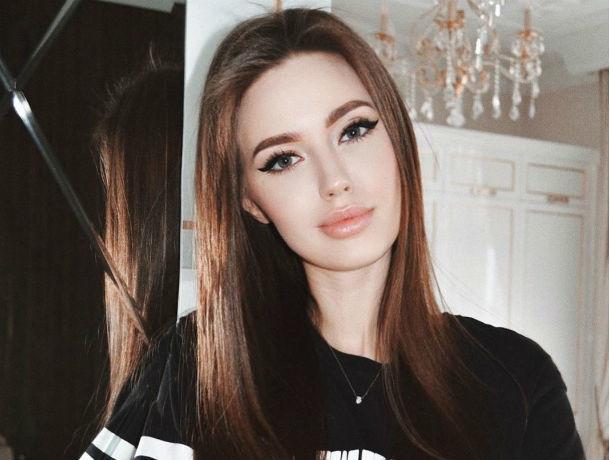 «Щекастая с ямочками принцесса». Анастасия Костенко проколола уши годовалой дочери