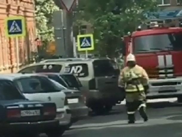 Автохамы заблокировали проезд пожарной машины к пылающему дому в Ростове и попали на видео