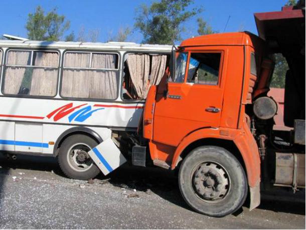 Таганрог: КамАЗ врезался вавтобус сдетьми натрассе Ростов