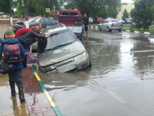 Открывшиеся «врата в ад» поглотили иномарку на поплывшей дороге в Ростовской области