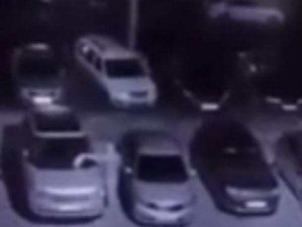 Таинственный поджигатель автомобилей во дворе ростовской Левенцовки попался на видео