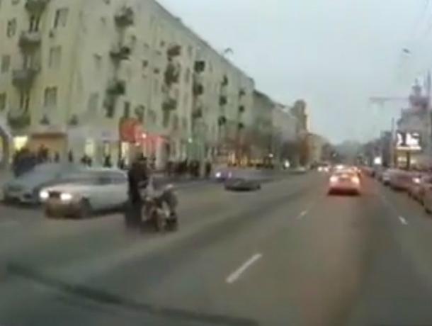Опасные бега молодой «яжематери» с коляской по оживленной дороге Ростова попали на видео