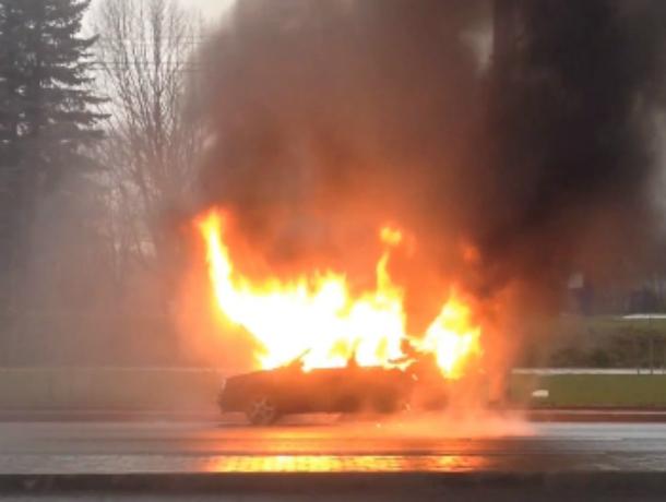 «Фольксваген» с женщиной за рулем загорелся на ходу в Ростовской области