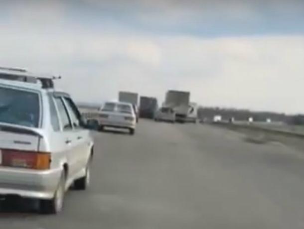 Заставляющая автомобилистов ползти на «дрожащих колесах» убитая ростовская трасса попала на видео