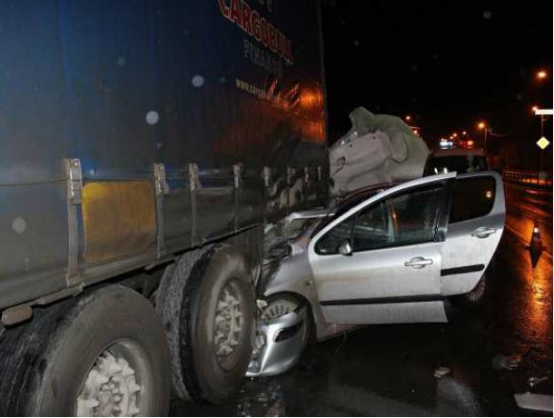 Водитель иномарки получил травмы, влетев под припаркованный КамАЗ на трассе под Ростовом