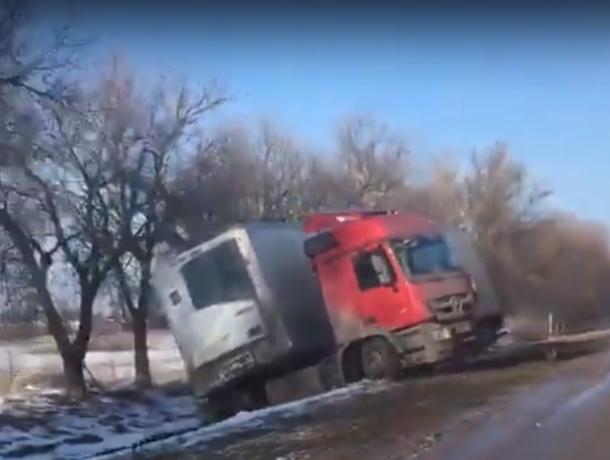 Не поделили дорогу: грузовик и легковушка столкнулись на трассе в Ростовской области
