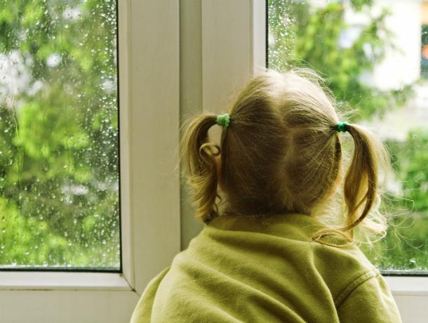 Тяжелейшие травмы получила трехлетняя малышка, выпав из окна пятого этажа под Ростовом