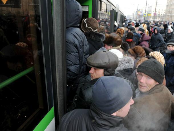 «На лыжах или на велике»: путь на работу и домой оставляет в негодовании ростовчан после отмены половины городских маршрутов