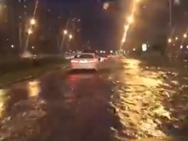Плывущие по улице Ростова машины в грозу попали на видео