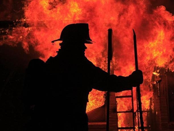 В Ростове ночью сгорел ангар с пивом