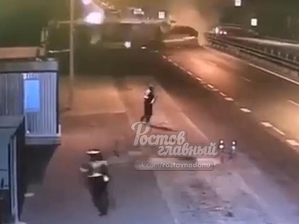 Пункт назначения по-ростовски: полицейских чудом не раздавила перевернувшаяся фура с бревнами