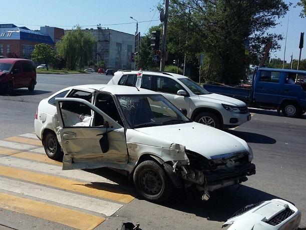 Попавшие в Ростове в ДТП водители устроили спор на тему «кто проехал на красный свет»