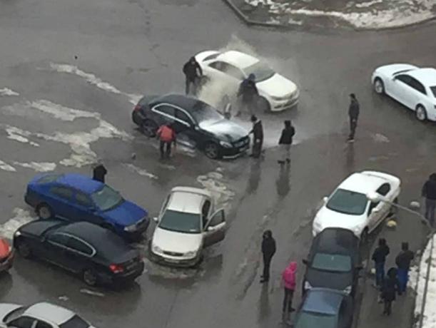 Раненый мужчина в крови выбирался из взорвавшегося «Мерседеса» в Ростове