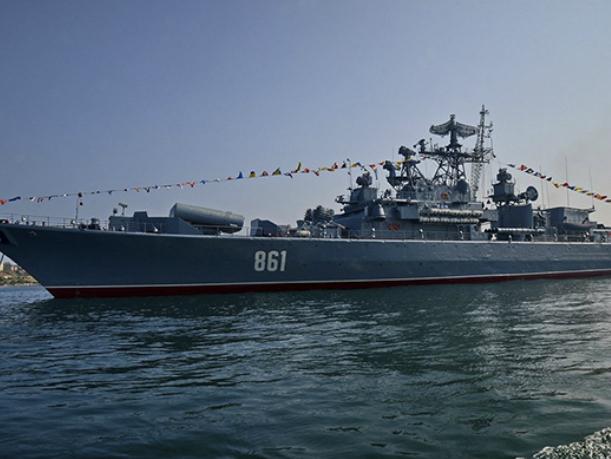 Корабли Черноморского флота прошли под Крымским мостом— Величественное зрелище