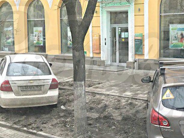 Наглые автовладельцы «по-свински» оставили машины на газоне в центре Ростова