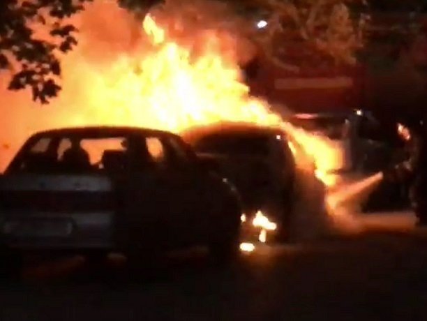 Горящий у дома автомобиль испугал жителей СЖМ Ростова на видео
