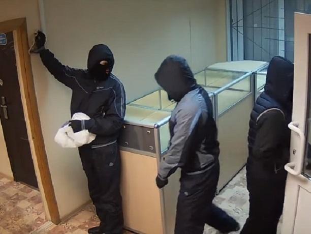 ВРостове задержали мужчин, укравших драгоценности изломбарда на5 млн руб.