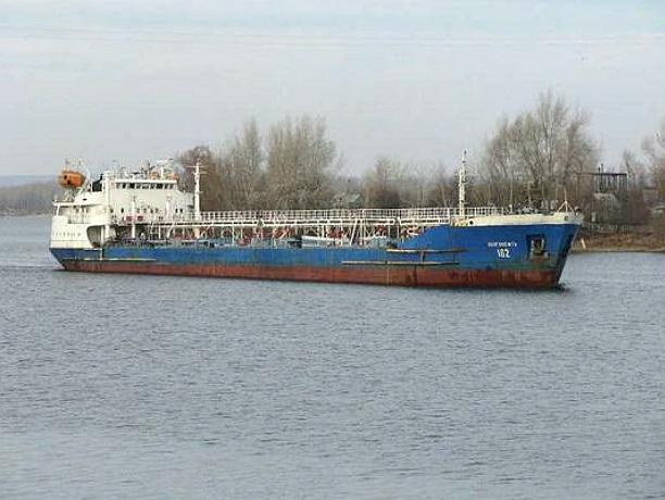 Перевозивший топливо из Туркменистана нефтевоз сел на мель под Ростовом
