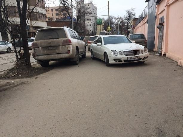 Горе-парковщики вытеснили инвалидов-колясочников и пешеходов на проезжую часть в Ростове